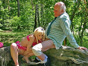 Hot comme �a Teena Blond blows old bushwa to get an autograph